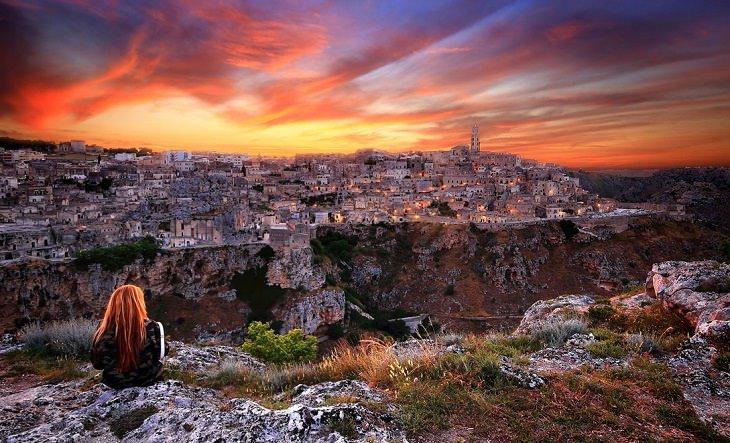 מבט הוואדי אל מרכזה העתיק של מאטרה בזמן שקיעה