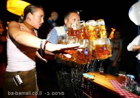 נשיאת הרבה כוסות בירה