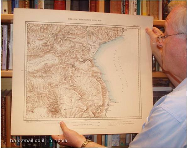 דן ירדני מחזיק בחלק מהמפה בו נראים קווי הכינרת