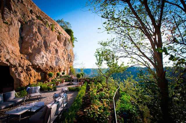 בית יוקרה במערה באיטליה