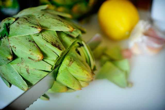 תענוג במטבח: ארטישוק צלוי עם שמן זית, לימון ושום!