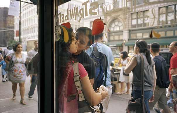 זוגות מתנשקים