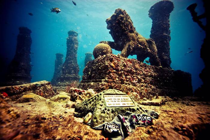 פסלים תת ימיים שהפכו לשוניות אלמוגים