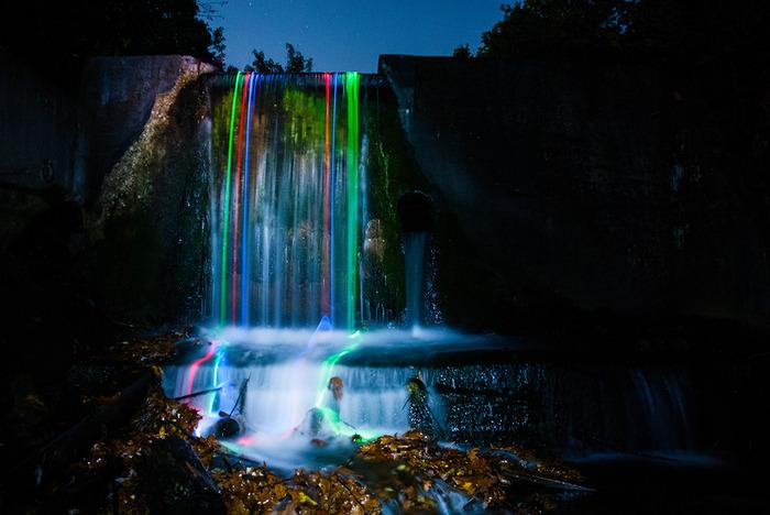 תמונות של מפלים עם נורות לד צבעוניות