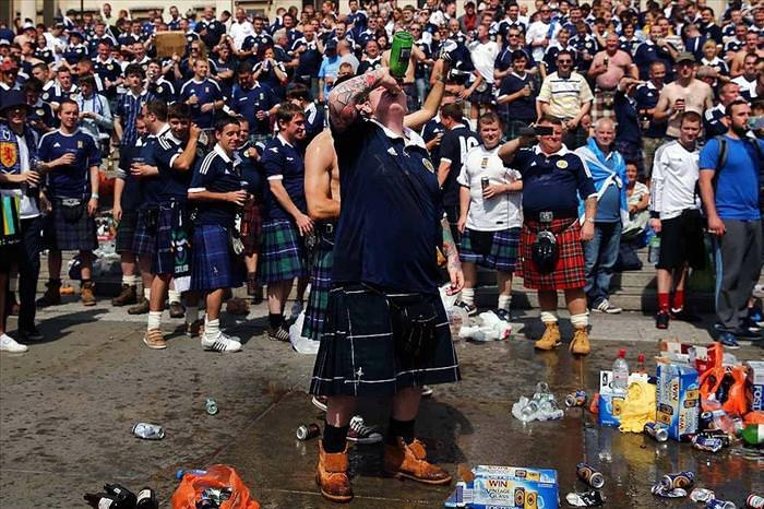 כך חוגגים גמר כדורגל - תמונות מסקוטלנד