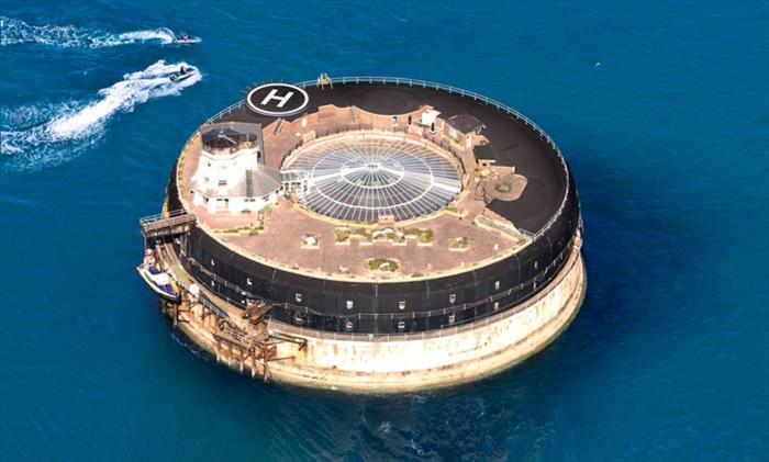 אי התענוגות - מלון יוקרה בלב ים