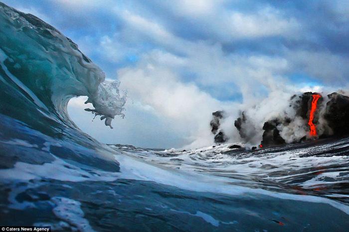 מפגש בין לבה למים בהוואי