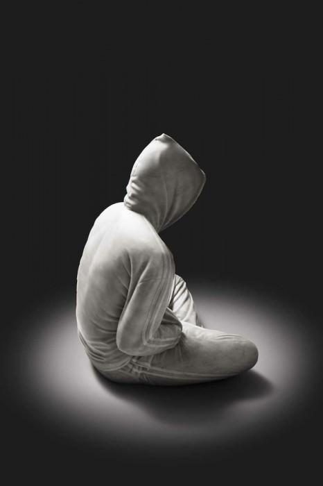 פסלי שיש של בגדים