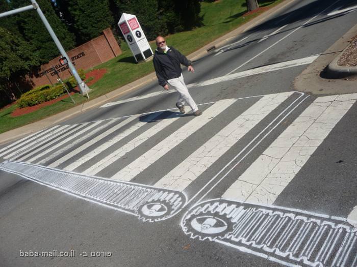 כשאנחנו רואים כבישים וסימוני דרך, הוא רואה אומנות