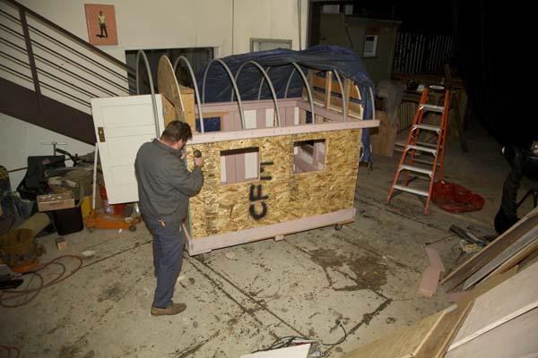 אמן בונה בתי עץ להומלסים