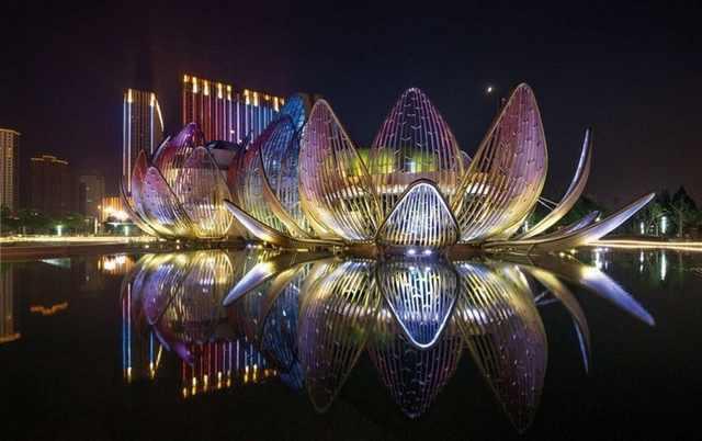 מבנים מדהימים בלילה