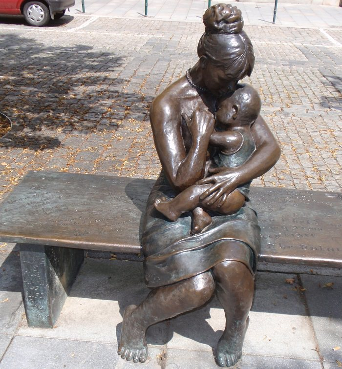 פסלים של אמהות