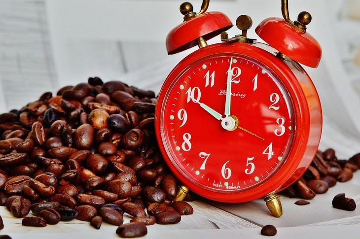 שעון מעורר ופולי קפה