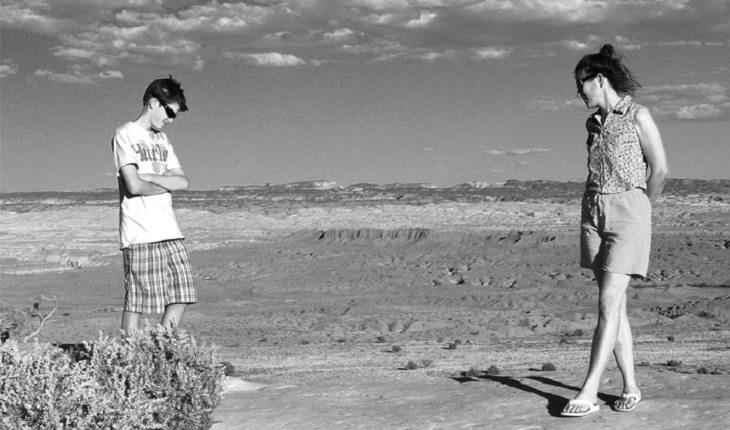 2 מתבגרים על קצות מכתש