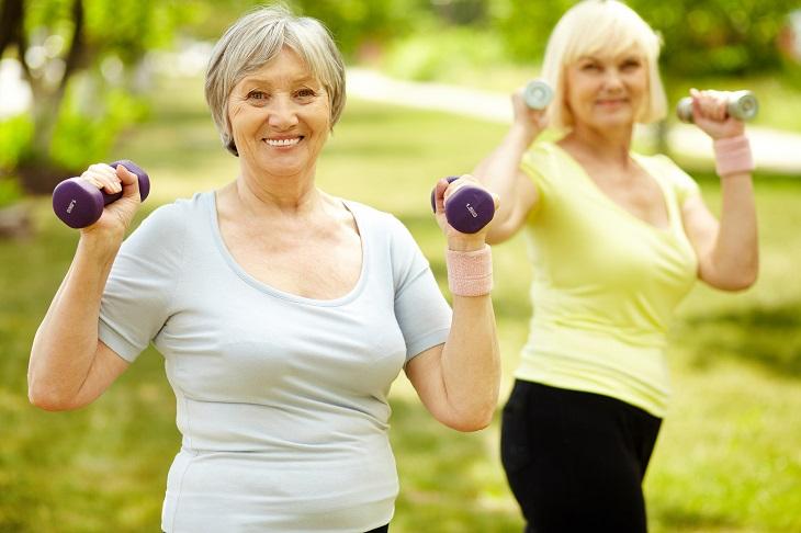 שתי נשים מבוגרות מתעמלות