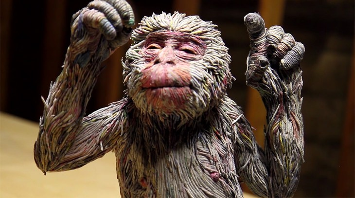 פסל קוף מרצועות עיתון