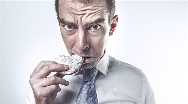 אדם אוכל עוגייה