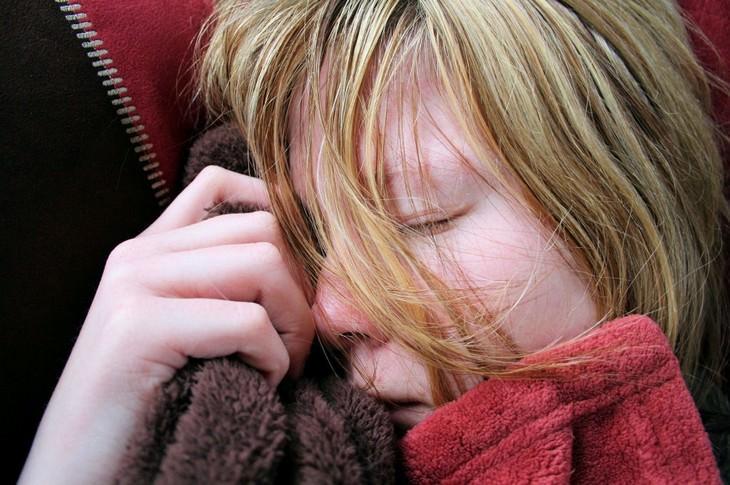 אישה ישנה עם שיער על הפנים