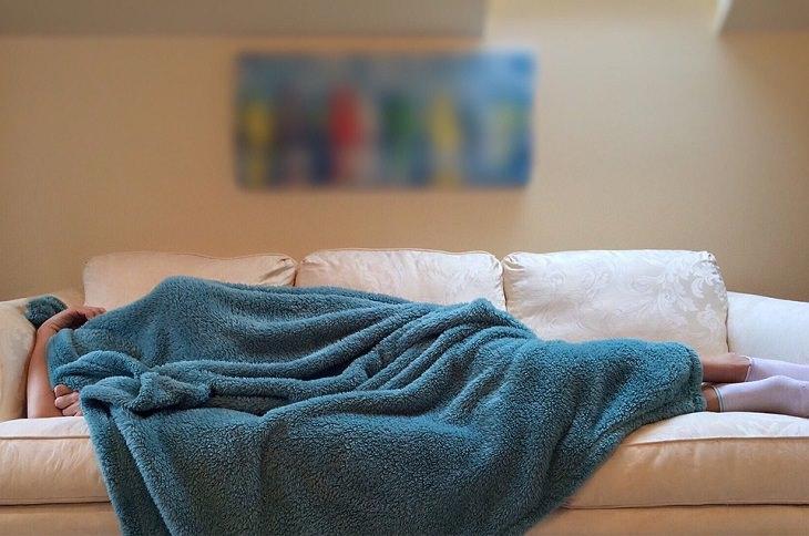 אדם ישן על ספה