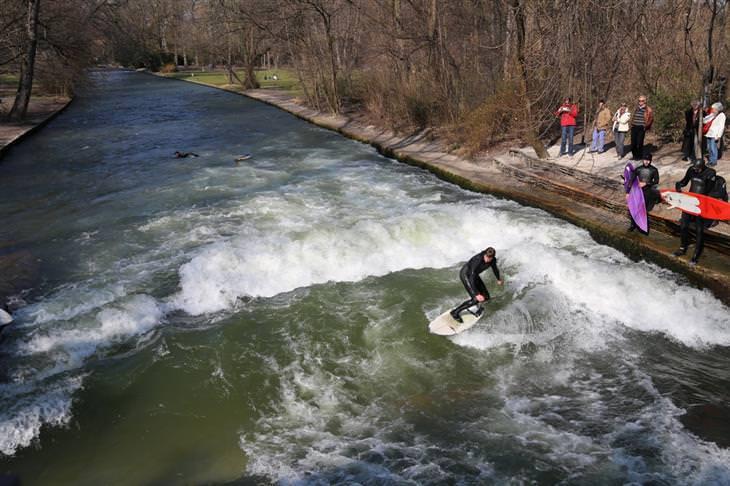 אדם גולש בנהר האייסבאך