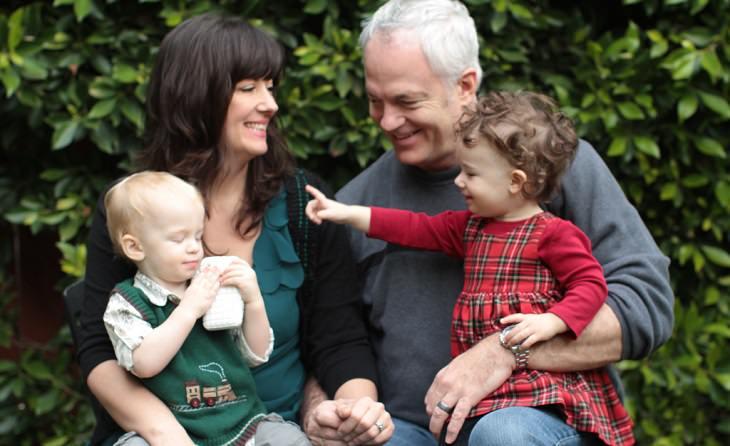 הורים מצטלמים עם ילדיהם הצעירים