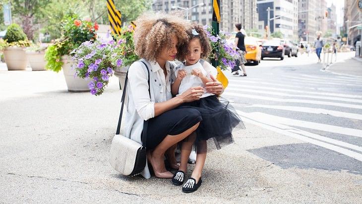 אמא מחבקת את הבת שלה ברחוב