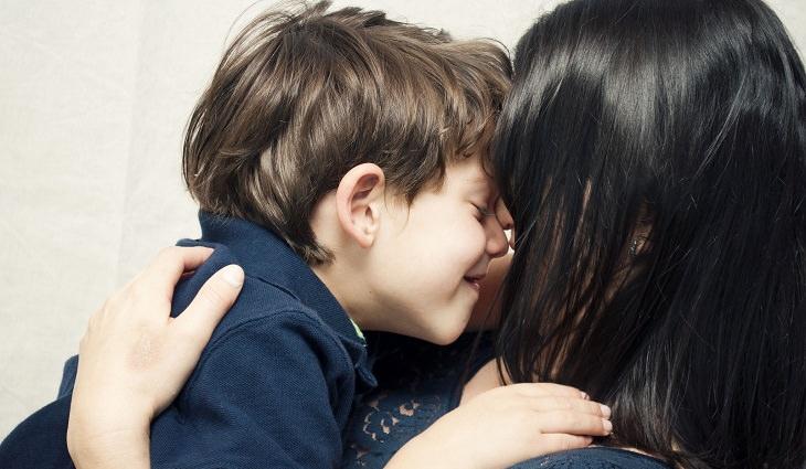 אמא מחבקת את הילד שלה