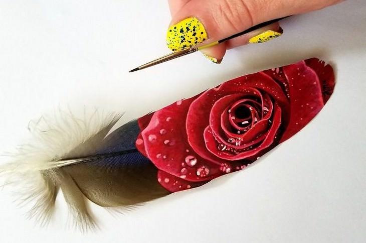 ורד על נוצת מקאו כחולה-זהובה