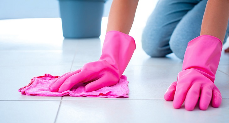 אישה מנקה את הבית