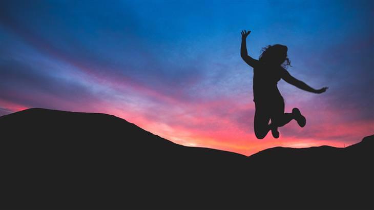 צללית של אישה קופצת באוויר