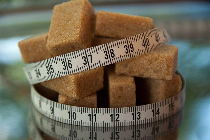 קוביות סוכר חום עטופות על ידי סרט מדידה