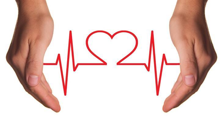 זוג ידיים שביניהן קו מוניטור לב שיוצר צורה של לב במרכזו