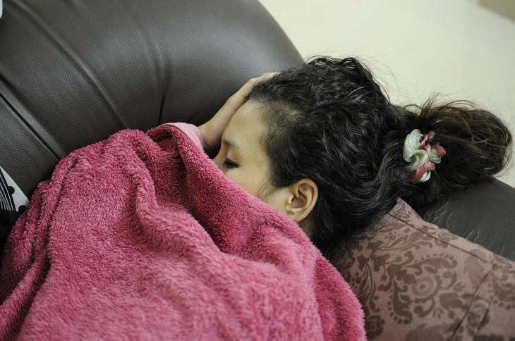 נערה ישנה על ספה