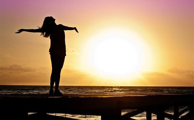 מבחן עיבוד מידע: צללית של אישה מאושרת