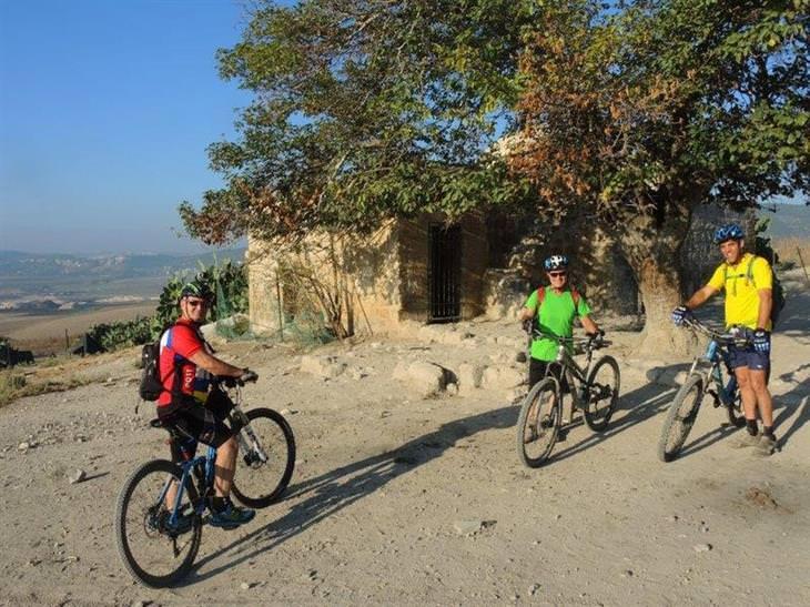 רוכבי אופניים בטבע