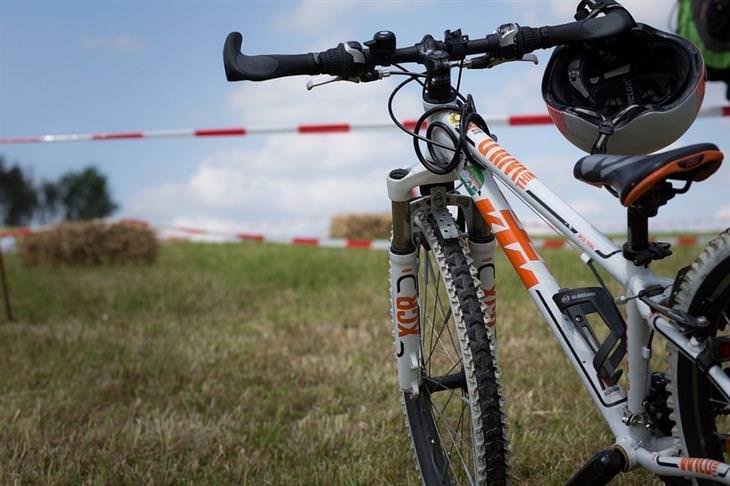 אופניים על שדה ירוק