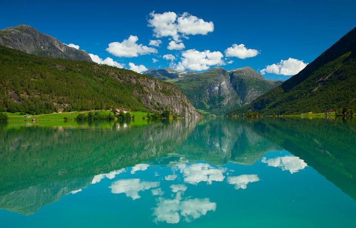 נוף הרים משתקף במים