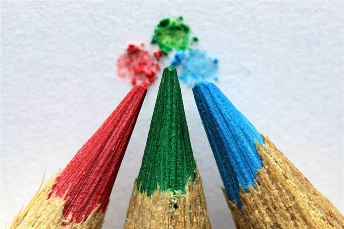עפרונות צבעוניים כמעט משיקים בקצותיהם