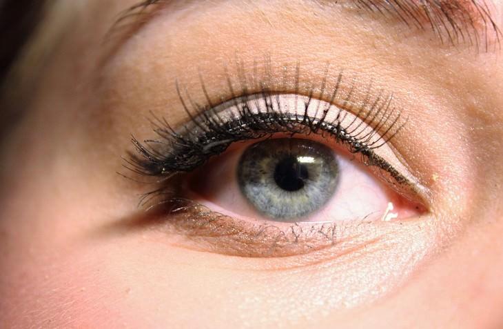עיניים מאופרות