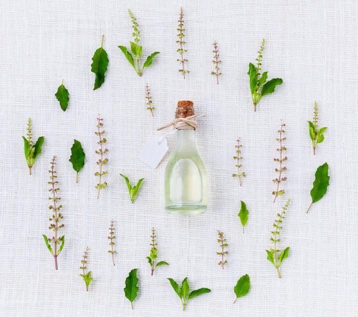 בקבוק שמן וצמחי מרפא שונים