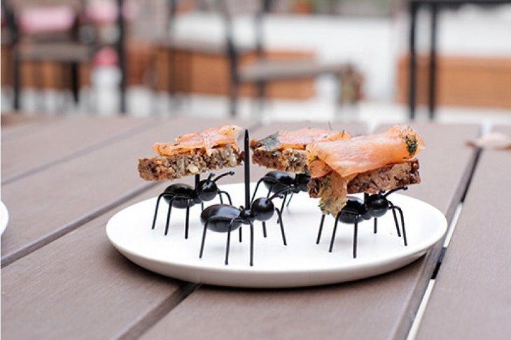 מגש לאירוח בצורת נמלים הנושאות את האוכל