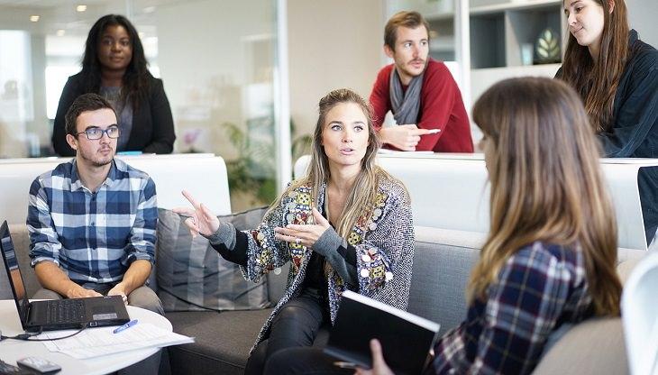 אנשים צעירים בישיבה