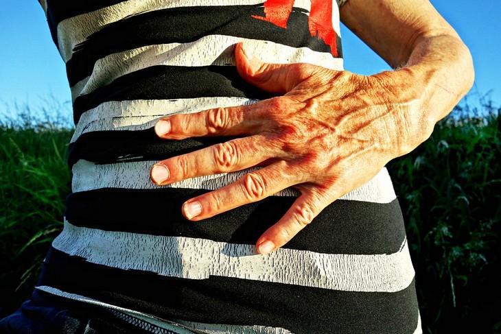 יד מונחת על בטן