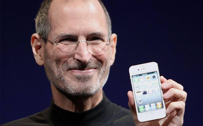 סטיב ג'ובס עם אייפון בידו