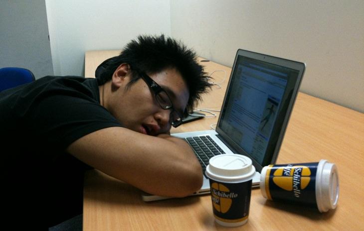 עובד ישן על המקלדת של המחשב