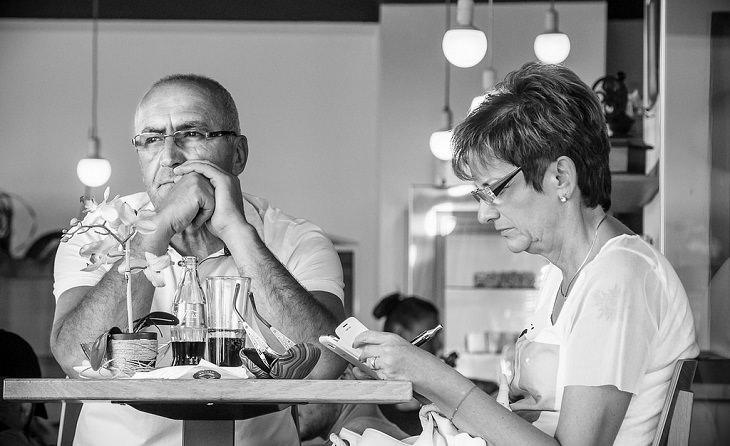 גבר מהורהר יושב לצד אשתו