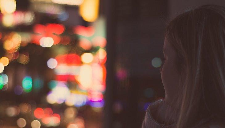 אישה מביטה החוצה