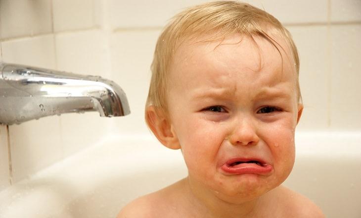 פעוט בוכה באמבטיה