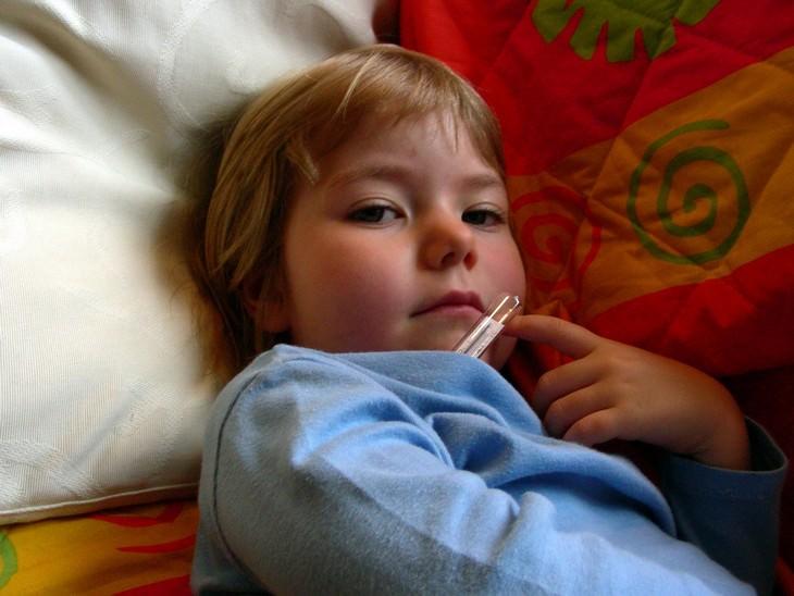 ילד עם מד חום בבית השחי
