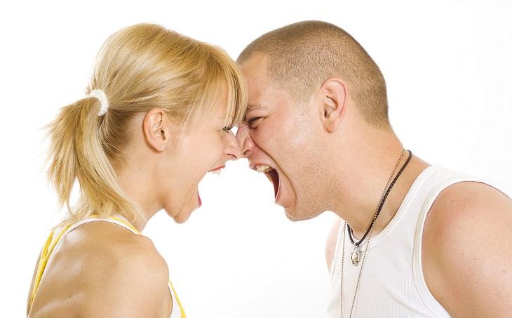 בני זוג צועקים אחד על השנייה